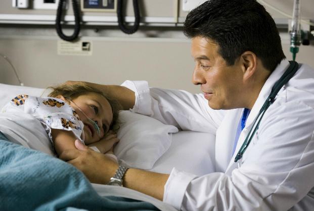 médico con el paciente chica